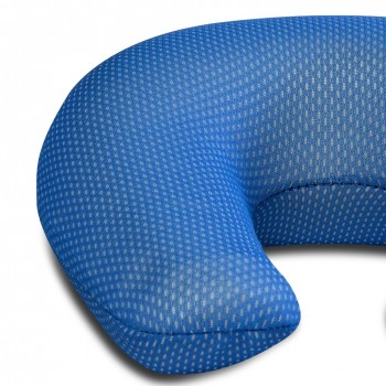 Dettaglio cuscino collare da viaggio in memory foam che si adatta alla forme del corpo con federa lavabile